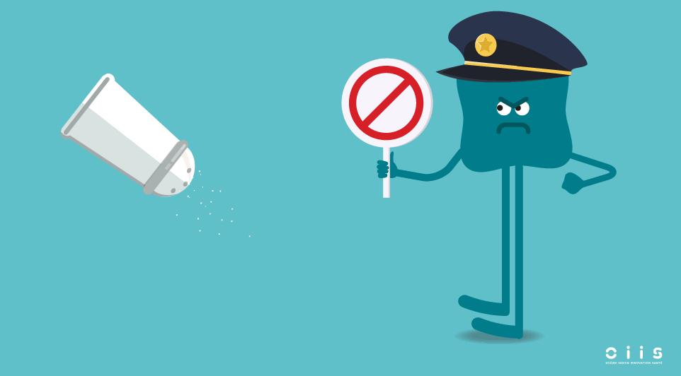 Un policier tient un panneau de stop devant une salière