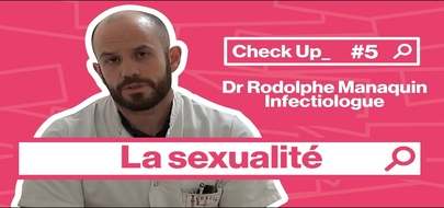 L' infectiologue Rodolphe Manaquin sur fond rose.